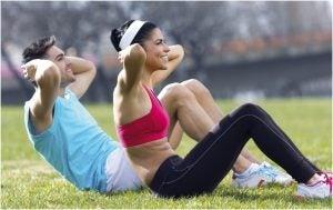 زوجان يمارسان الرياضة معًا