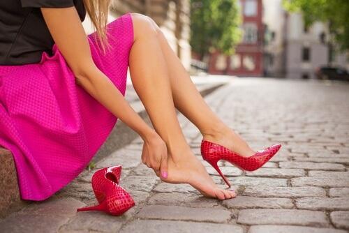 12 حيلة لتجنب آلام القدمين الناتجة عن ارتداء الأحذية غير المثالية