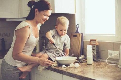 أم تعلم طفلها الطبخ