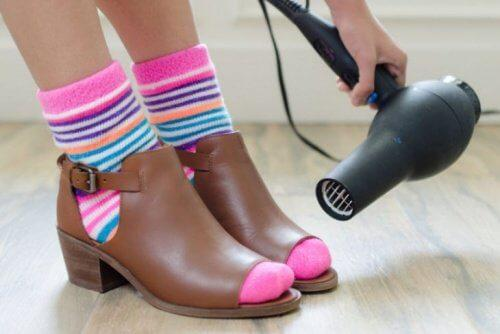 استخدام مجفف الشعر على الحذاء لتجنب آلام القدمين