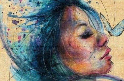 امرأة بشعر أزرق