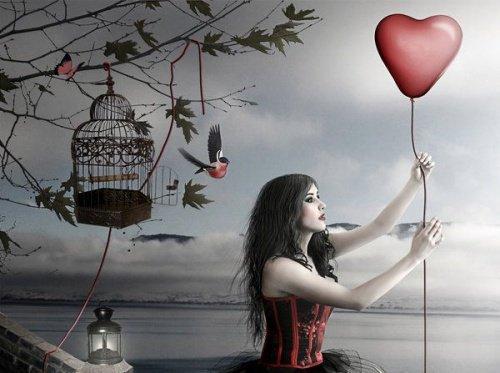 امرأة تحمل بالون على شكل قلب
