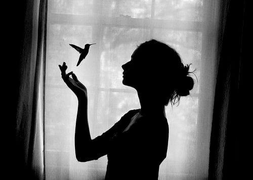 امرأة وعصفور