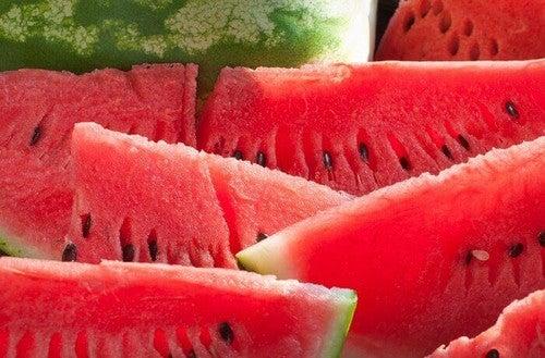 قطع من البطيخ الأحمر