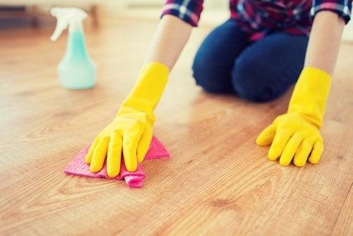 سيدة تقوم بتنظيف الأرضية