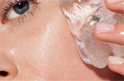 إليك طريقة بسيطة وفعالة لتحسين حالة بشرتك بالاستعانة بالثلج