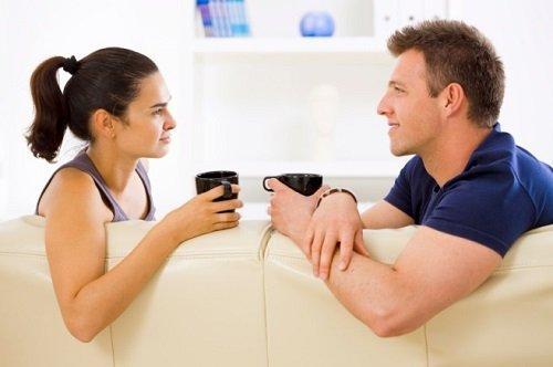 رجل وأمرأة يتحدثان