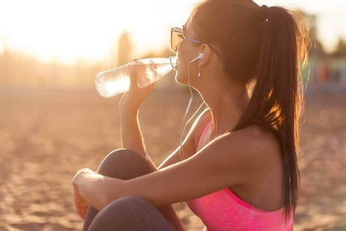 فتاة تشرب الماء بعد الرياضة