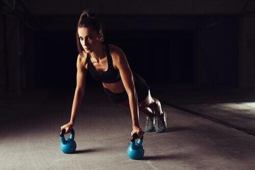 سيدة تمارس التمارين الرياضية