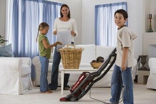 أسرة تتعاون على ترتيب المنزل