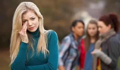 فتاة تخاصم صديقاتها
