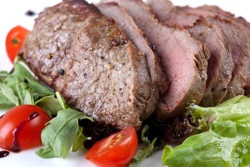 قطع من اللحم الأحمر