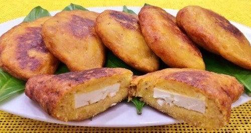 موز الجنة – إليك أفضل 4 طرق شهيّة لحشو موز الجنة الناضج المحمّص