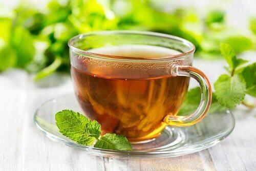 شاي و أوراق نعناع