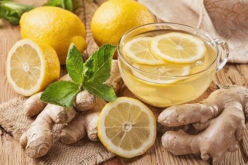 كوب به مشروب من الليمون والزنجبيل