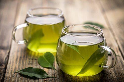 كوبين من مشروب الشاي الأخضر