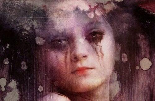 دموع سيدة تنزل باللون الأسود لاختلاطها مع الكحل