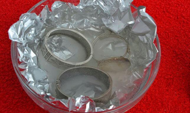 طبق به مشغولات من الفضة في محلول ومحاطة برقائق الألومنيوم