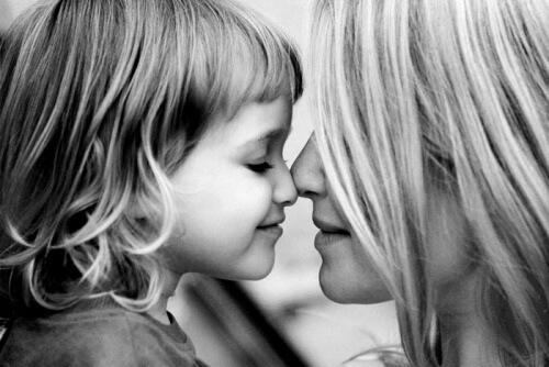 إن تغذية الأطفال بالحب تبدد مخاوفهم وتمنحهم الطمأنينة