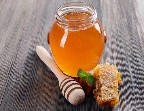 وعاء مليئ بالعسل