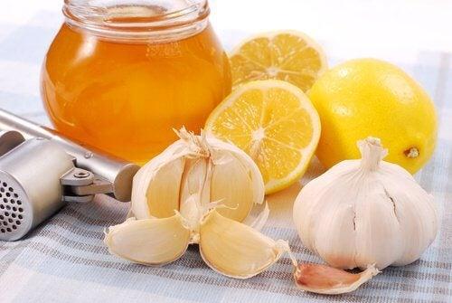 كمية من العسل والثوم والليمون