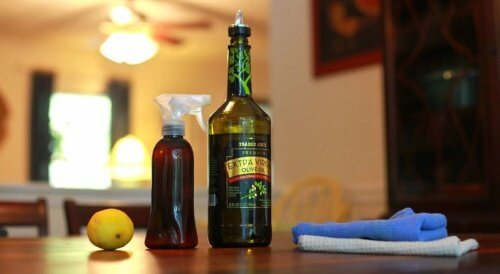 عبوة بخاخ وزجاجة من زيت الزيتون