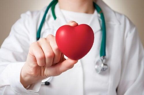 طبيبة تخصص أمراض قلب