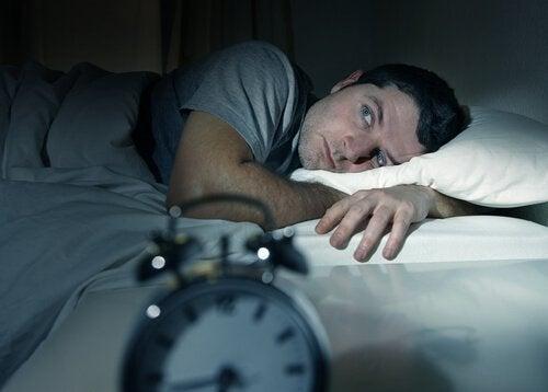 رجل يشعر بالأرق ولا يستطيع النوم
