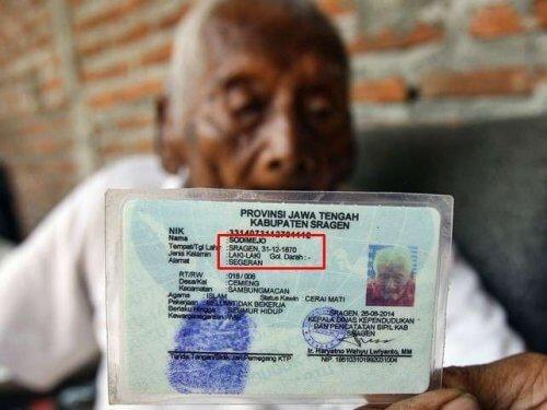 شهادة ميلاد أكبر معمر في العالم