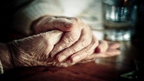 يدي رجل مسن