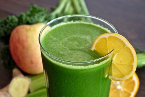 كوب عصير أخضر لمكافحة حصوات الكلى