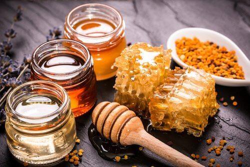 كمية من عسل النحل
