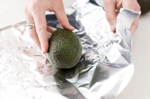 لف ثمرة أفوكادو في ورقة ألمونيوم