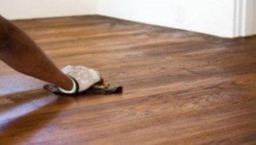 تلميع الأسطح الخشبية - اكتشف معنا خمس حلول طبيعية فعالة
