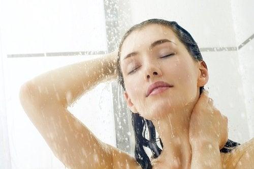 فتاة تقوم بالاستحمام