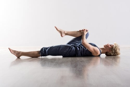 تمرين تقريب الركبة نحو الصدر