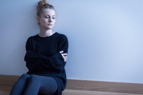 فتاة مكتئبة وحيدة