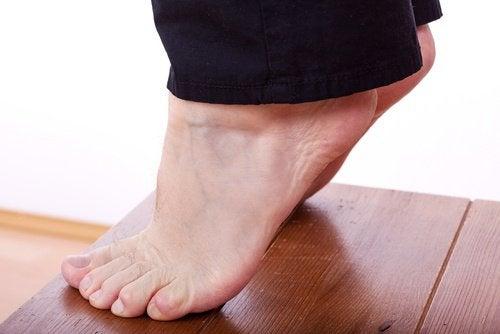 تمرين رفع الكعبين والذي يساعد على شد ترهلات الساقين
