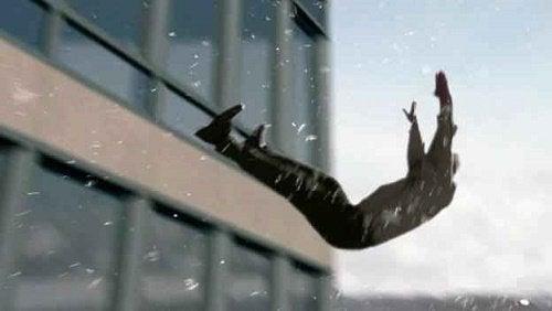 شخص يحلق في الهواء