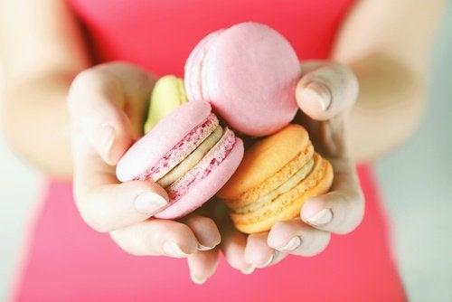 فتاة تحمل الحلويات بيديها