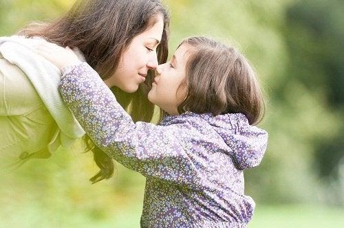 طفلة تعانق والدتها