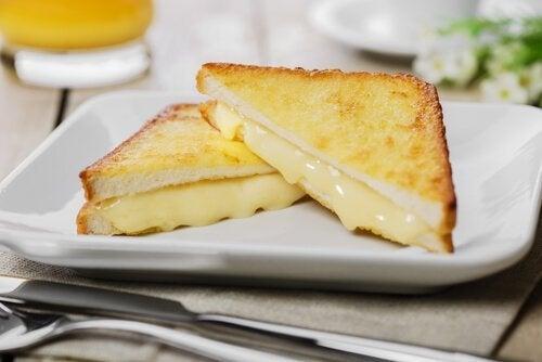 ساندويتش مونتي كريستو بالجبنة السويسرية