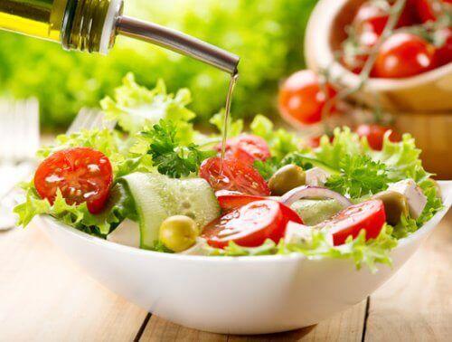 وعاء سلطة الطماطم والخضار