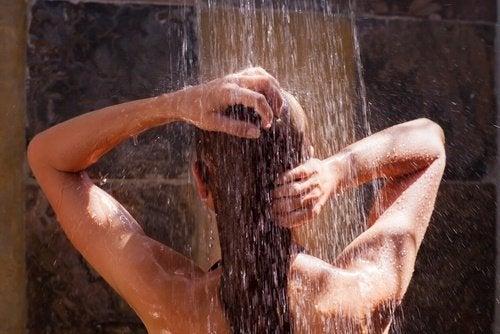 فتاة تشطف شعرها بالماء المعتدل