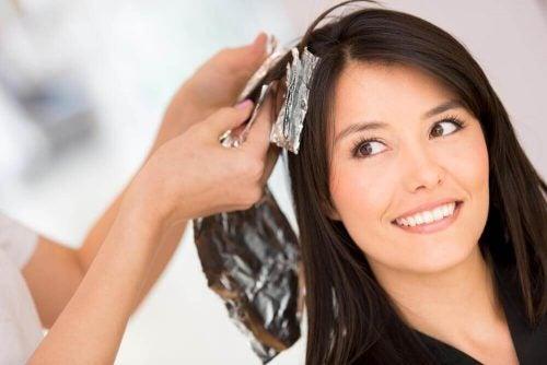 إزالة صبغة الشعر - خمسة محاليل منزلية الصنع يمكنك من خلالها إزالة صبغة الشعر