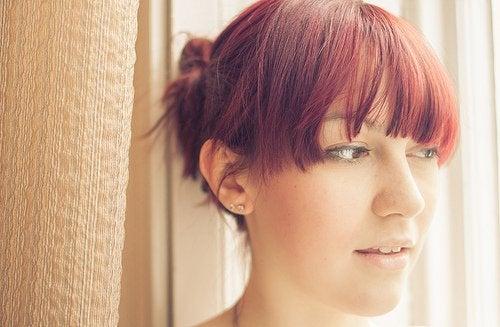 فتاة تعتمد صبغة شعر حمراء