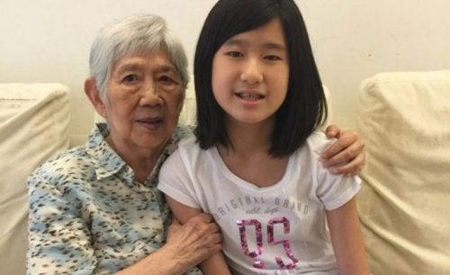 إيما يانغ – طفلة بعمر الثانية عشر تبتكر تطبيقًا ذكيًا للتواصل مع جدتها المصابة بالزهايمر