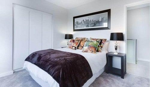 غرفة نوم معقمة ومرتبة