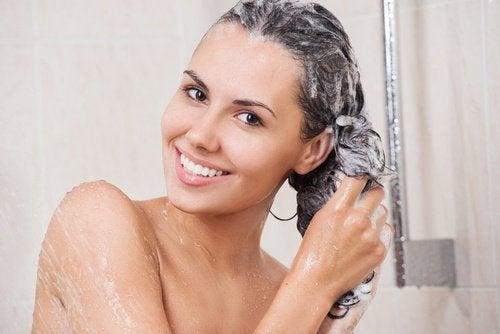 فتاة تغسل شعرها بالشامبو