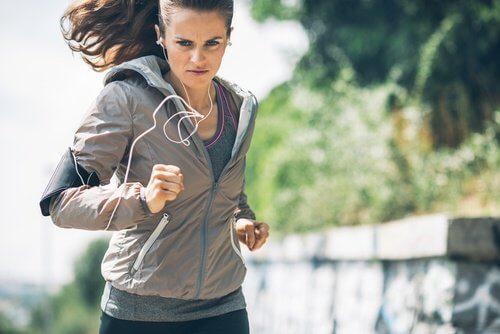 فتاة تركض